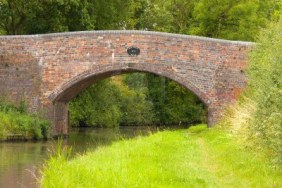 3432176-the-18th-century-moat-bridge-on-the-staffordshire-and-worcestershire-canal