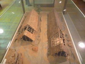 Hausmodelle der Linearbandkeramik (im Hintergrund) und der Stichbandkeramik Straubing-Lerchenhaid 2